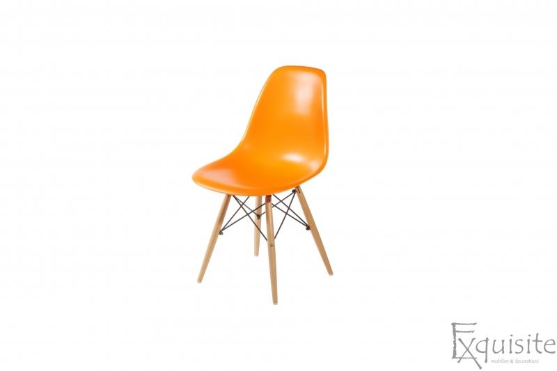 Masa rotunda din mdf cu 4 scaune tip Eames 16