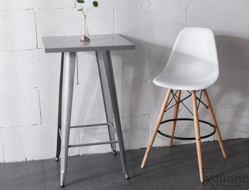 Scaun de bar alb din plastic cu picioare din lemn3